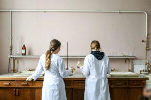 Sicherheit bei chemischen Experimenten im Schulunterricht